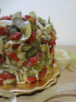 BROWNIE NAVIDEÑO CON CORAZÓN DE FRAMBUESA Cubierto de Chocolate Blanco con Frutos Secos ¡¡¡DELICIOSO!!!